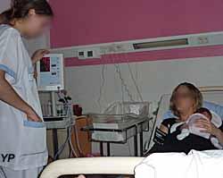 jeune maman et son nouveau-né avec l'infirmière (doc. Yalta Production)